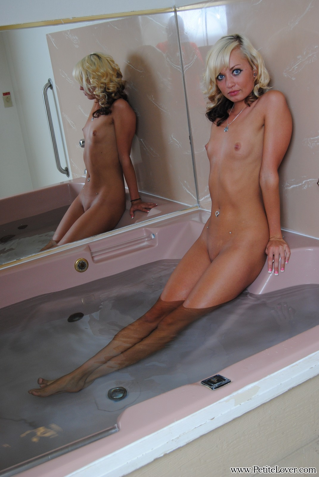 Petite Blonde Tiff In The Jacuzzi Naked - Picture 6