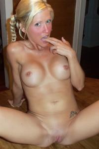Horny Petite Milf Jolene Naked On The Dinner Table - Picture 8